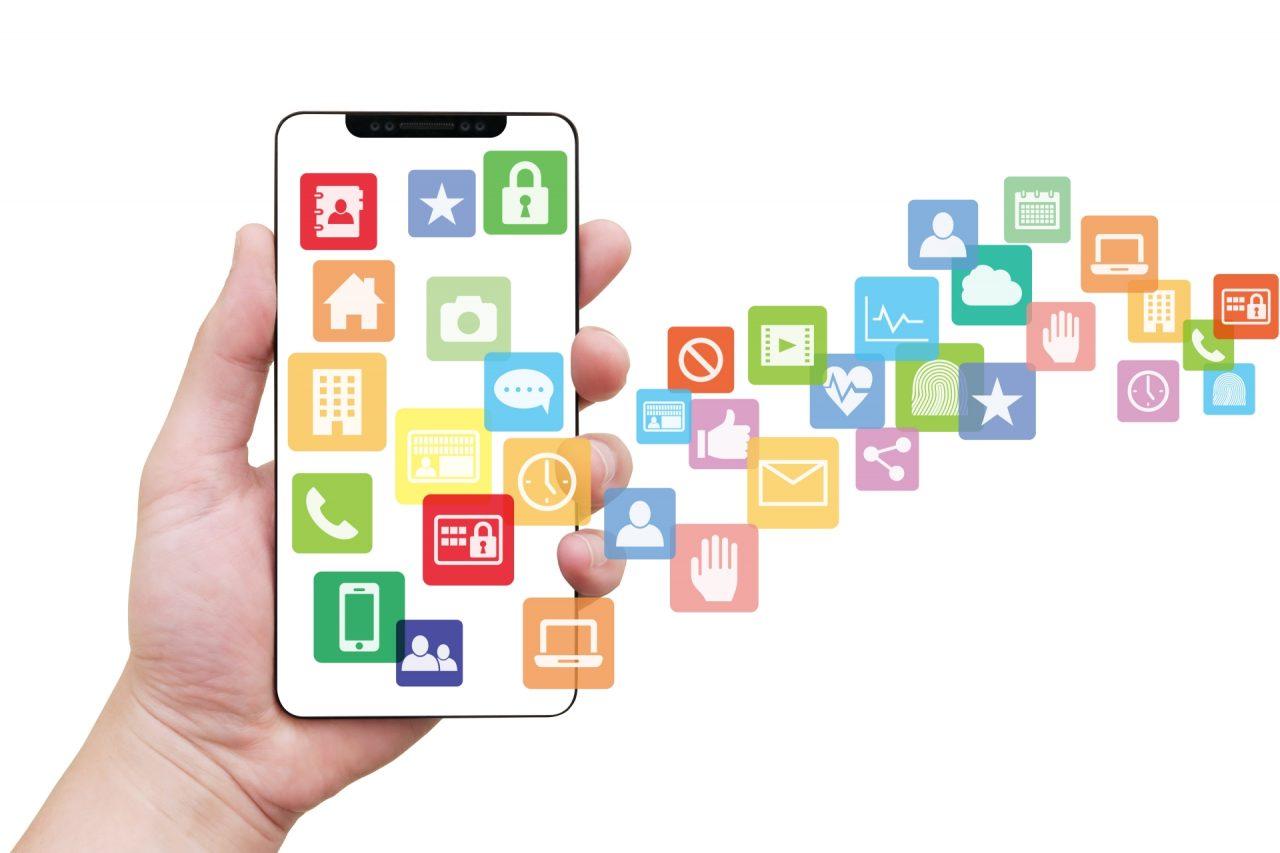 スマホを持つ手と様々なアプリ